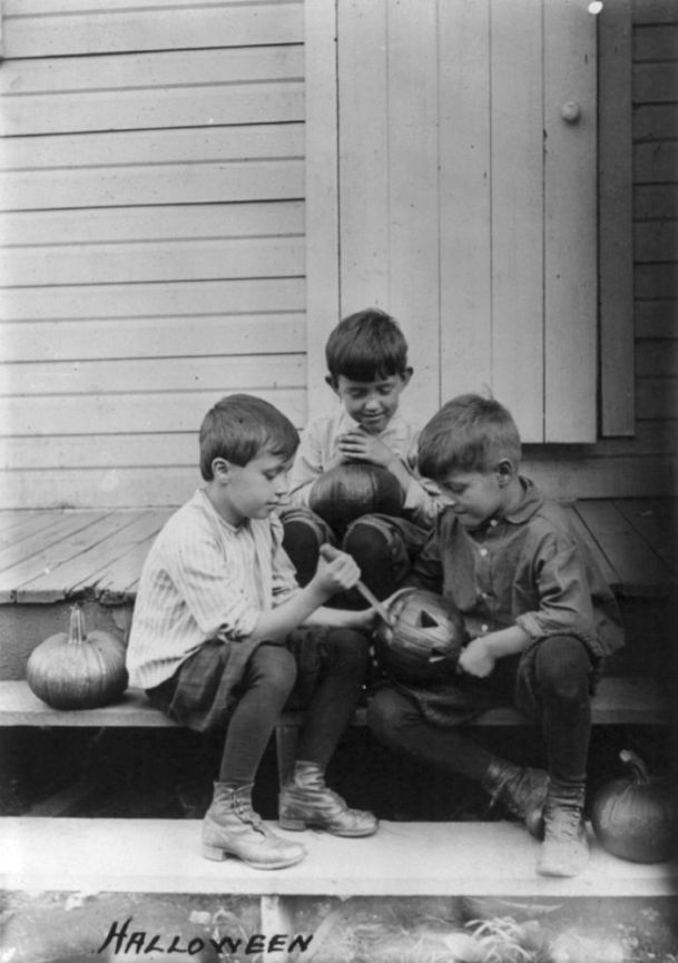 Halloween_pumpkin_carvers_1917-2Three-boys-on-porch-steps-cutting-faces-in-pumpkins-Library-of-Congress