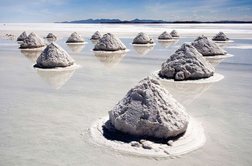 Piles_of_Salt_Salar_de_Uyuni_Bolivia_Luca_Galuzzi_2006_By Luca Galuzzi (Lucag), edit by Trialsanderrors , via Wikimedia Commons