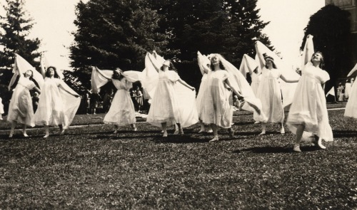 Women_dancing_with_veils_at_the_May_Day_Pageant_(4203250611)WC
